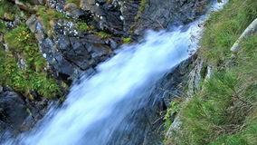 Mooie sluier draperende waterval stock videobeelden