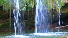 Mooie sluier draperende watervallen stock footage
