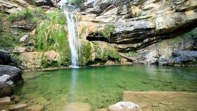 Mooie sluier draperende watervallen stock video