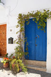Mooie Spaanse die straat met bloemen wordt verfraaid royalty-vrije stock fotografie