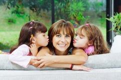 Mooie Spaanse familie van vier die stellen met stock fotografie