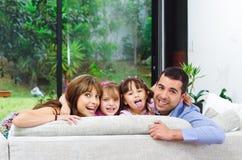 Mooie Spaanse familie van vier die stellen met Stock Foto