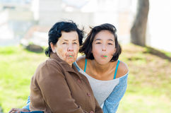 Mooie Spaanse grootmoeder en kleindochter Stock Fotografie