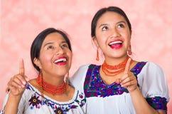 Mooie Spaanse moeder en dochter die traditionele Andeskleding dragen, die terwijl samen het stellen gelukkig omhelzen Royalty-vrije Stock Foto