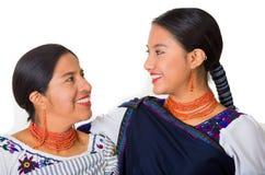 Mooie Spaanse moeder en dochter die traditionele Andeskleding dragen, die terwijl samen het stellen gelukkig omhelzen Stock Afbeeldingen