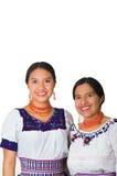 Mooie Spaanse moeder en dochter die traditionele Andeskleding dragen, die terwijl samen het stellen gelukkig omhelzen Royalty-vrije Stock Afbeelding