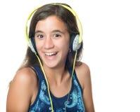 Mooie Spaanse tiener die aan muziek luistert stock foto