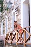Mooie Spaanse tiener die zich op een balkon bevinden stock fotografie
