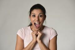Mooie Spaanse verraste die in gelukkige schok en verrassing wordt verbaasd en opgewekte vrouw Stock Afbeelding