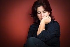 Mooie Spaanse vrouw met een zeer droevige uitdrukking royalty-vrije stock fotografie