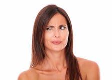 Mooie Spaanse vrouw met het bruine haar benieuwd zijn royalty-vrije stock foto