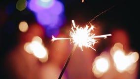 Mooie Sparkler close-up Viering Mooie pyrotechniek stock footage