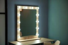 Spiegel Met Lampen : Spiegel met lampen voor make up zwarte stoel stock foto