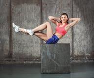 Mooie sportieve vrouw die oefening, abs doet Stock Foto's