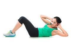 Mooie sportieve vrouw die oefening op de vloer doen Royalty-vrije Stock Fotografie