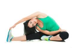 Mooie sportieve vrouw die oefening op de vloer doen Stock Foto's