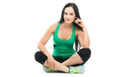 Mooie sportieve vrouw die oefening op de vloer doen Stock Afbeeldingen