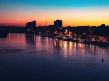 Mooie stad bij schemer, die rust in de stad gelijk maken stock afbeeldingen