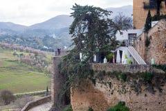 Mooie stad bovenop een berg in de Spaanse provincie van Malaga in Andalusia stock afbeeldingen
