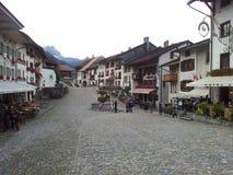 Mooie stad in de bergen van Zwitserland stock foto's