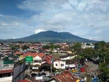Mooie stad met erachter berg Stock Foto