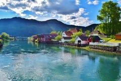 Mooie stad met mooie huizen en een fjord-rivier stock fotografie