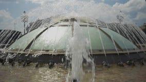 Mooie stadsfontein in de zomer De vlieg van waterplonsen in een cirkel stock videobeelden