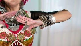 Mooie Stammenfusievrouw kostuum van etnische danser veru stock videobeelden