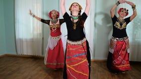 Mooie Stammenfusievrouw kostuum van etnische danser veru stock video