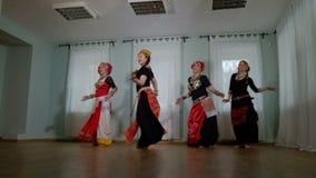 Mooie Stammenfusievrouw kostuum van etnische danser veru stock footage