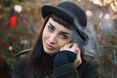 Mooie starende blik van de herfst geklede vrouw Stock Afbeeldingen