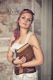 Mooie steampunkvrouw met oud boek Royalty-vrije Stock Foto