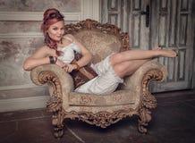 Mooie steampunkvrouw op de leunstoel Royalty-vrije Stock Foto's