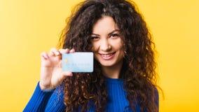 Mooie stedelijke het bankwezenbetaling van de vrouwencreditcard stock afbeeldingen