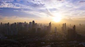 Mooie stedelijke wolkenkrabbers onder licht van zonlicht royalty-vrije stock afbeelding