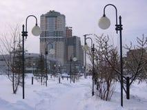 Mooie steeg met lantaarns in de winter in de stadslandschap van Novosibirsk in de sneeuw royalty-vrije stock afbeeldingen