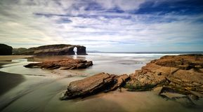 Mooie steenbogen op Playa DE las Catedrales, Spanje Royalty-vrije Stock Foto's
