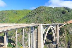 Mooie steenbrug met berg stock afbeelding