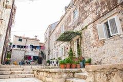 Mooie stegen bij de ommuurde oude stad van Dubrovnik stock afbeelding