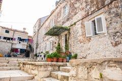 Mooie stegen bij de ommuurde oude stad van Dubrovnik royalty-vrije stock foto's