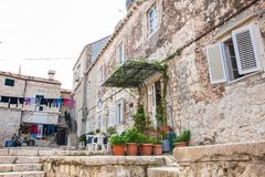 Mooie stegen bij de ommuurde oude stad van Dubrovnik stock fotografie