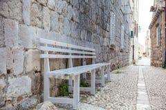 Mooie stegen bij de ommuurde oude stad van Dubrovnik royalty-vrije stock afbeeldingen