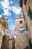 Mooie stegen bij de ommuurde oude stad van Dubrovnik stock foto's
