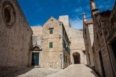 Mooie stegen bij de ommuurde oude stad van Dubrovnik royalty-vrije stock afbeelding