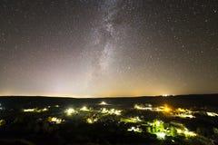 Mooie sterrige donkere nachthemel over landelijk landschap Donkergroen stock fotografie