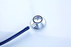 Mooie stethoscoop met bezinning en blauw Stock Afbeelding