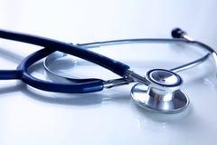 Mooie stethoscoop met bezinning en blauw Royalty-vrije Stock Afbeeldingen