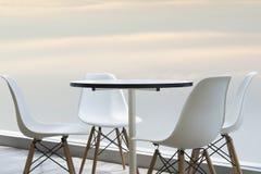 Mooie stoelen en lijsten bij de wolkenkrabber (Selectieve Nadruk) Royalty-vrije Stock Fotografie