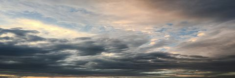 Mooie stormachtige hemel met wolkenachtergrond Donkere hemel met het onweer van de de aardwolk van het wolkenweer Donkere onweers Royalty-vrije Stock Foto's