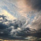 Mooie stormachtige hemel met wolkenachtergrond Donkere hemel met het onweer van de de aardwolk van het wolkenweer Donkere onweers Stock Afbeeldingen